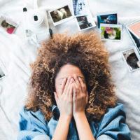 悲しむ女性とペット写真
